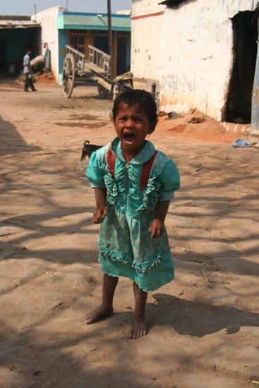 Pattadakal De enige keer dat men het écht niet leuk vondom te worden gefotografeerd.Gelukkig kon haar papa er wel om lachen. IMG_9103.jpg