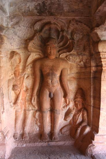 Badami Fraai beeldhouwwerk in nis IMG_9185.jpg