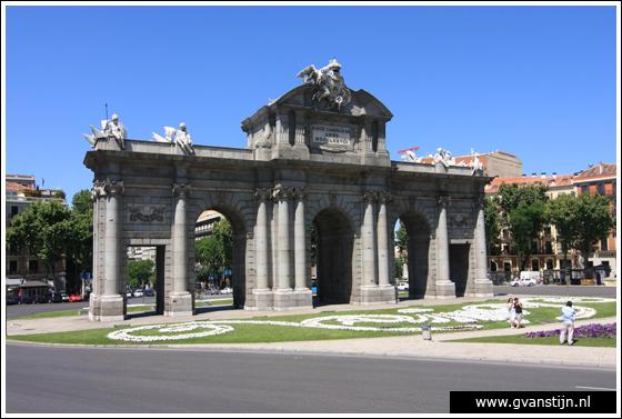Madrid05 Puerta de Alcalá at Plaza de la Independencia 0980_6292.jpg