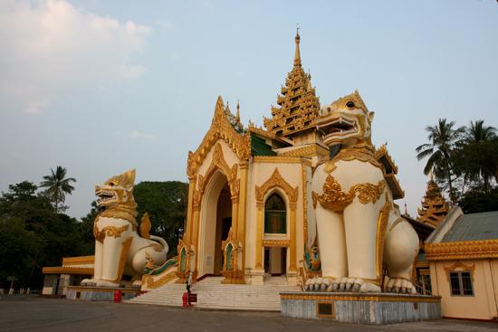 Yangon1 Yangon Ingang van het Shwedagon Paya pagode complex    0010_4695.jpg