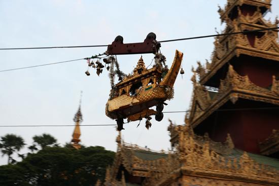 Yangon1 Kabelbaantje brengt geofferd bladgoud naar de top   0110_4737.jpg