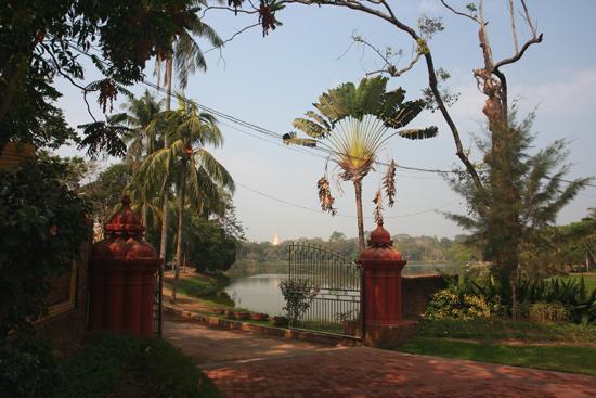 Yangon2 Yangon Park met Karaweik koninklijke boot (replica) op Kandawgyi Lake   0330_4799.jpg