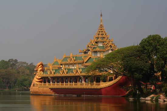 Yangon2 Karaweik koninklijke boot (replica) op Kandawgyi Lake   0340_4795.jpg