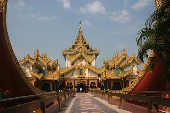 Yangon2 De achterzijde van de Karaweik koninklijke boot dient als entree   0350_4802.jpg