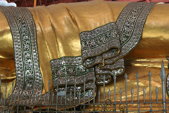 Yangon2 Detail van de robe   0400_4833.jpg
