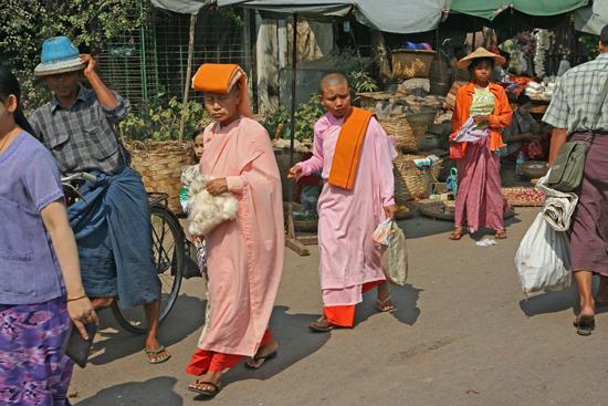 Mandalay Winkelende nonnen op de markt   0580_5073.jpg