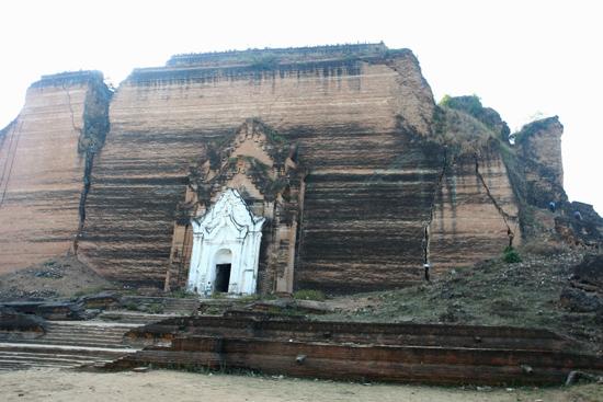 Mingun Mingun Paya (pagode) aan de Irrawady River Gebarsten door een aardbeving in 1838   0830_5163.jpg