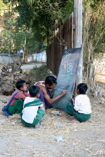 Mingun Mingun<br>Openlucht schooltje gewoon langs de weg,<br>ofwel, Openbaar onderwijs in de praktijk<br><br> 0890_5192.jpg