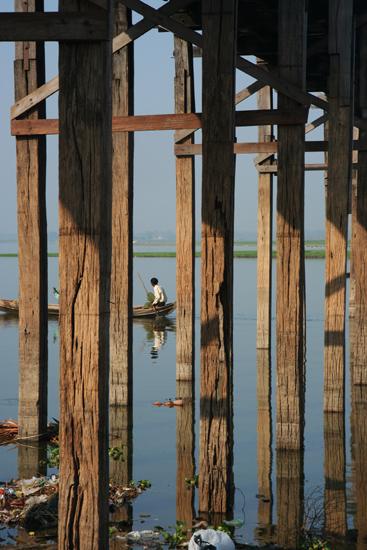 Amarapura Amarapura U Bein's Bridge (1849) over Taughthaman Lake Enkele van de 1000 teakhouten palen.     0970_5282.jpg