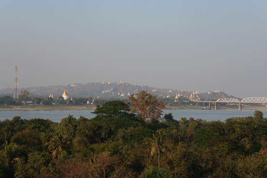 Ava Ava Uitzicht vanaf de Nanmyin Watchtower :  Sagaing Hill en de Ava Bridge over de Ayeyarwady Rivier   1180_5486.jpg