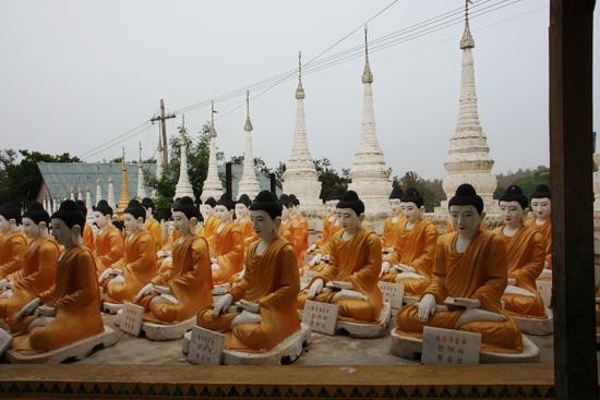 Monywa2 Omgeving Monywa Bew Dy Dahtajng Paya (Pagode) Enige honderden Boeddha-beelden geschonken door Korea   1600_5909.jpg