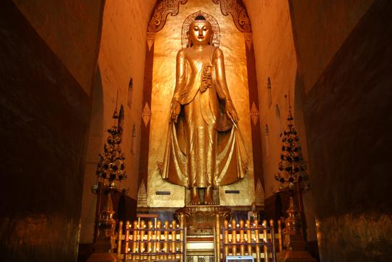 Bagan1 Bagan Ananda Pahto (1090-1105) Een van de vier schitterende 9,5 m. hoge Boeddha-beelden van massief teakhout   1780_6010.jpg