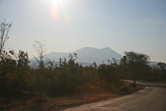 Mountpopa We zien de eerste bergen tijdens onze rondreis, dus : fotostop !   2330_6357.jpg