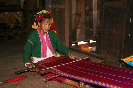 Kalaw1 Trekking rondom Kalaw Het weven van een fraai kleed   2680_6576.jpg