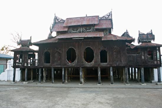 Inlemeer1 Inle lake - Nyaungshwe Shwe Yaunghwe Kyaung monastery klooster met zijn kenmerkende ovale ramen   2870_6917.jpg