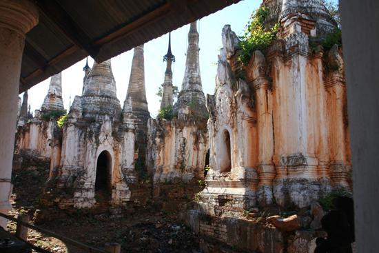 Inlemeer1 Inle lake - Indein Shwe Inn Tein Paya Zeer oude verweerde stupa's.    3240_7294.jpg