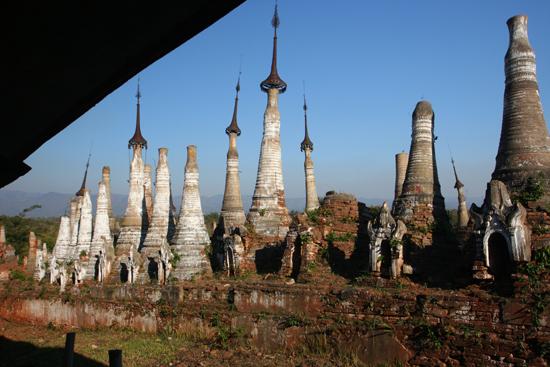 Inlemeer1 Inle lake - Indein Shwe Inn Tein Paya Zeer oude verweerde stupa's.    3300_7315.jpg