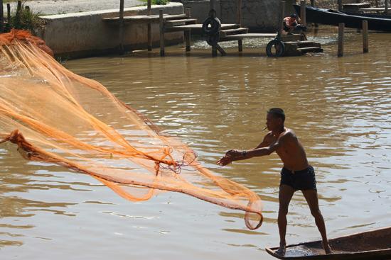 Inlemeer2 Inle meer - Nyaungshwe Visser gooit zijn netten uit    3450_7452.jpg