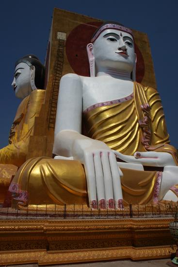 Bago Bago - Kyaik Pun Paya (1476) Twee van de vier 30 meter hoge Boeddha's   3790_7952.jpg