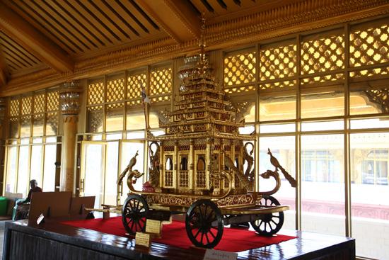 Bago Bago  Royal Kambawzathadi Palace (16e eeuw) Replica van de gouden koets   3930_8034.jpg