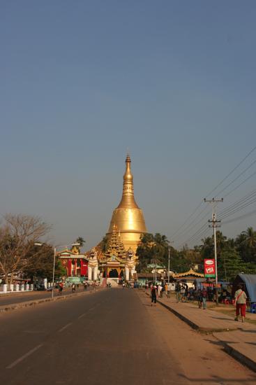 Bago Bago Shwe Madaw Paya pagode (825) (114m hoog) Als gevolg van vele aardbevingen is het diverse malen herbouwd (en vernieuwd), in feite is het jaar 825 slechts de start   3980_8056.jpg