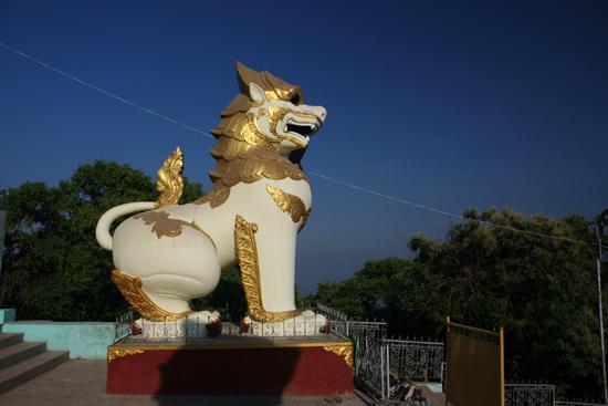 Goldenrock Kyaitktiyo (Golden Rock) Ingang van het tempelcomplex   4080_8129.jpg