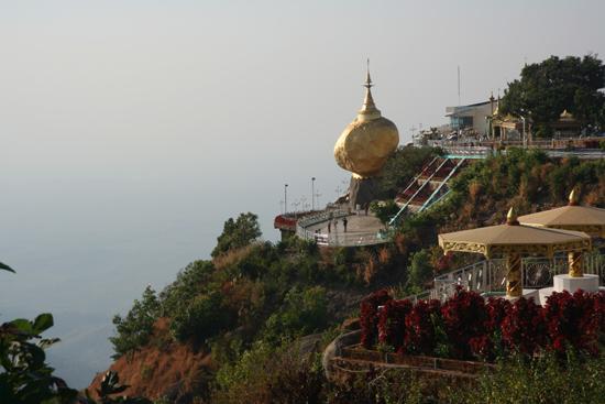 Goldenrock Kyaitktiyo (Golden Rock) De rots is in juiste balans door een haar van Boeddha   4100_8139.jpg