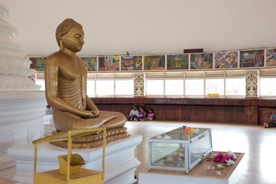 Kalutara Chaitya stupa  De enige holle stupa ter wereld zodat men ook naar binnen kan  Binnen de stupa zijn rondom 74 schilderingen te zien die gaan over het leven van Buddha-0080