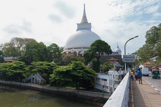 Kalutara Chaitya stupa gezien vanaf de brug-0100