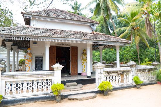 Balapitiya Tempeltje op eiland tijdens boottocht op de Madu rivier-0190