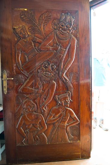 Ambalangoda Museum voor dansmaskers  Mooi houtsnijwerk op museumdeur-0270