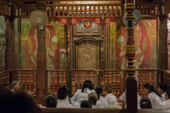 Kandy Tempel van de Tand  Iedereen in afwachting van de dienst-2320