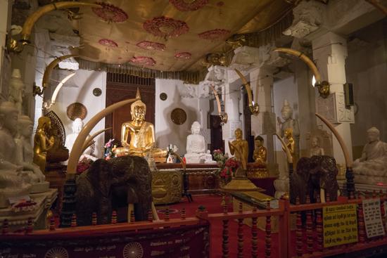 Kandy Tempel van de Tand  Diverse grote gebedsruimtes in het complex-2400