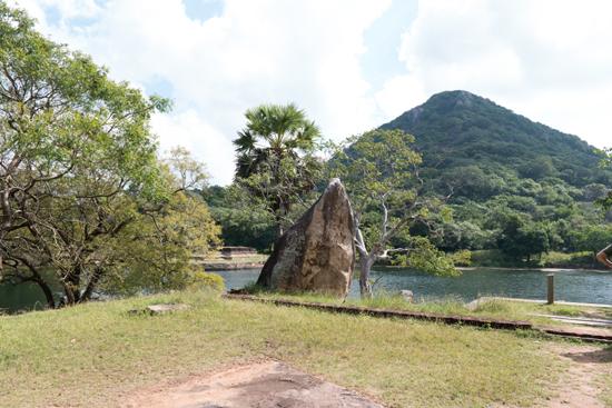 Mihintale - Anuradhapura  Uitzicht aan de voet van een van de archeologische sites-3130