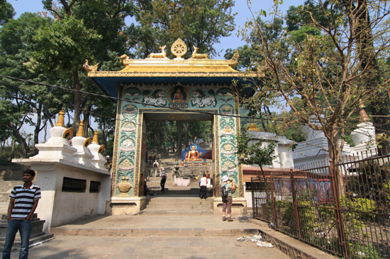 Entree van de Swayambhunath tempel (Apentempel - Monkey tempel) -0090