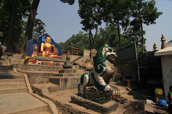 Beelden bij de ingang van de Swayambhunath tempel (Apentempel - Monkey tempel) -0100