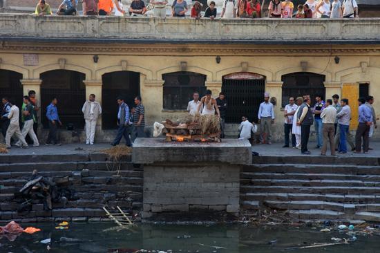 Crematie op de ghats van de Pashupatinath tempel langs de Bagmati rivier in Kathmandu-0390