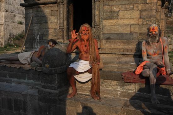 Heilige Sadhu mannen bij de Pashupatinath tempel in Kathmandu Niet alleen Heilig maar ook Heel commercieel: Betaal - doneer alsvorens foto te maken...-0410