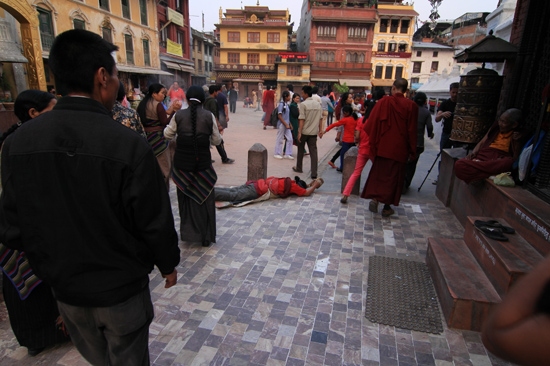Pelgrims bij de stupa in Bodhnath-0530
