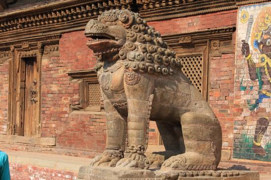 Patan (Lalitpur) Beeld bij de ingang van het Koninklijk Paleis -Royal Palace op Durbar Square-0620