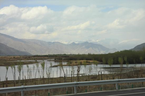 Het Tibetaanse landschap tussen het vliegveld en Lhasa-City - Tibet-0890