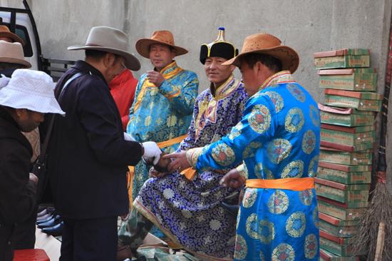 Schoenverkopers uit Mongolie in het centrum van Lhasa-0910