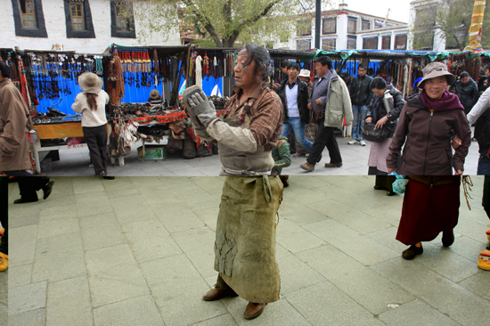 Prostrerende pelgrim op de Barkhor bij de Jokhang tempel in Lhasa - Tibet-0930