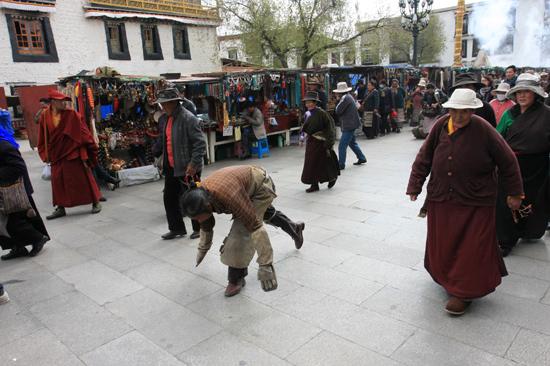 Prostrerende pelgrim op de Barkhor bij de Jokhang tempel in Lhasa - Tibet-0940
