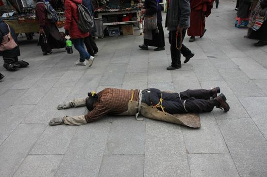 Prostrerende pelgrim op de Barkhor bij de Jokhang tempel in Lhasa - Tibet-0950