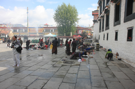 Prostrerende pelgrim bij de ingang van de Jokhang tempel in Lhasa - Tibet-0970