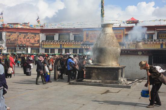 Stenen wierookoven voor de Jokhang tempel in Lhasa-0980