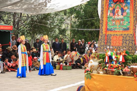 Traditionele Tibetaanse dans en muziekshow in de botanische tuinen van NorbulingKa, het zomerverblijf van de Dalai Lama's in Lhasa-1130