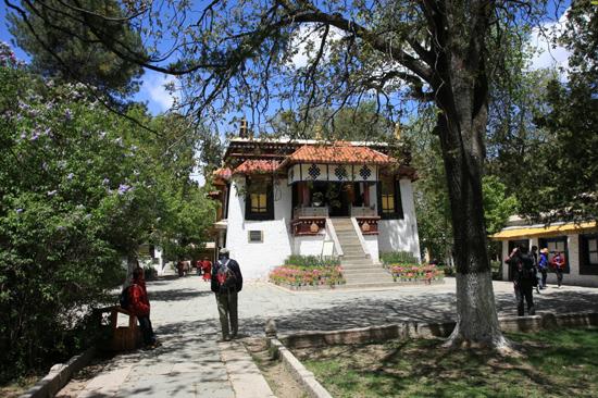 Een van de paleizen in de botanische tuinen van NorbulingKa, het zomerverblijf van de Dalai Lama's in Lhasa-1150