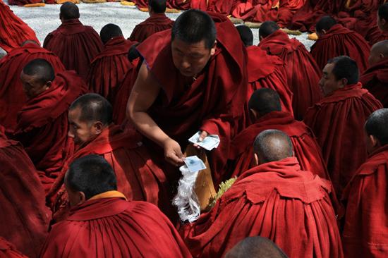 Betaaldag voor de monniken in het Sera klooster-1190